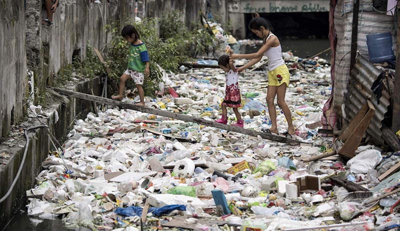 Make the earth beautiful again:Cleaning of river garbages in the slum residential area of Manila, Philippines -new-s-c-philip-river-1