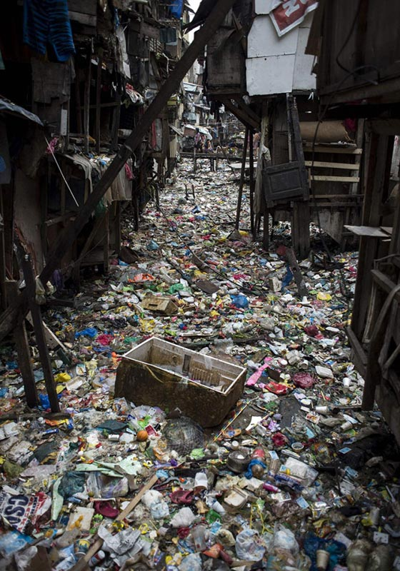 Make the earth beautiful again:Cleaning of river garbages in the slum residential area of Manila, Philippines -new-s-c-philip-river-3